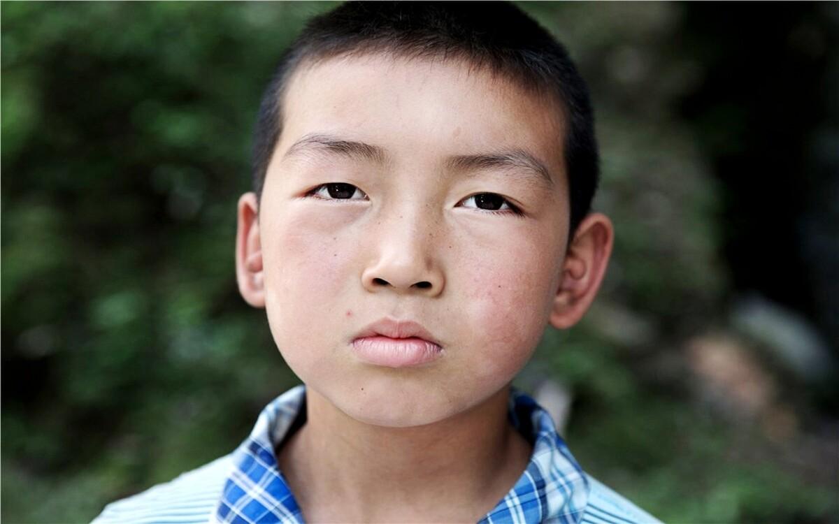 杨继丰,6年级,原名叫杨海峰,因为上小学报名时候奶奶把他名字写错了,写入档案时候就记录成了杨继丰,六年一直没改,他自己也习惯了这个名字。他是班里面的小明星,不仅学习好,而且很喜欢唱歌,自己编写了好几首歌曲。杨继丰最大的梦想就是自己可以长高些,他说,那样就可以帮助妈妈干活了。