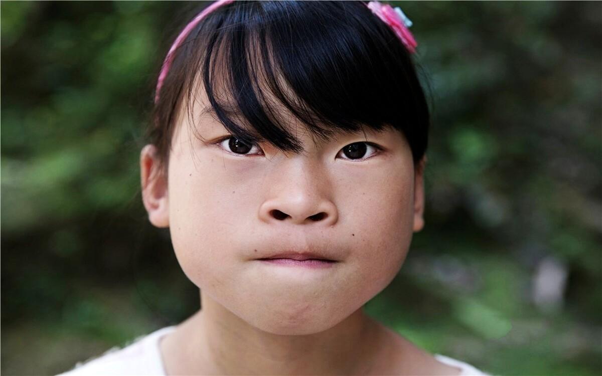 张艳秋,4年级,长期寄宿在外婆家,家里还有一个哥哥和妹妹,父母长期在外打工。上学以来,父母从来没有陪她去过学校,她说:最大的愿望就是开学那天是妈妈陪我报名!