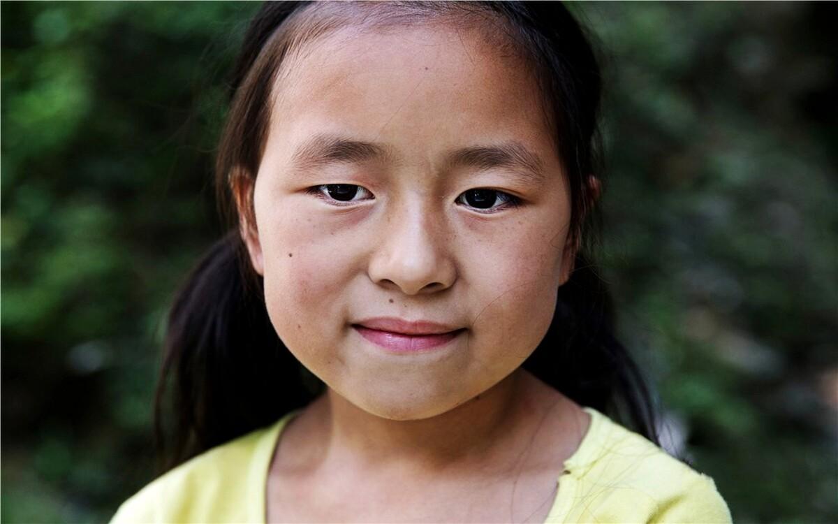 杨君雅,3年级,家里有两个妹妹,一个妹妹5岁,在上学前班,另一个不到2岁。爸爸去年外面打工被钢筋打断了手,花了十几万。从那之后爸爸便只能在家做点农活,有时候捉蛇变卖补贴家用。杨君雅平时很羞涩,因为眼睛稍微有点斜视,她很自卑。