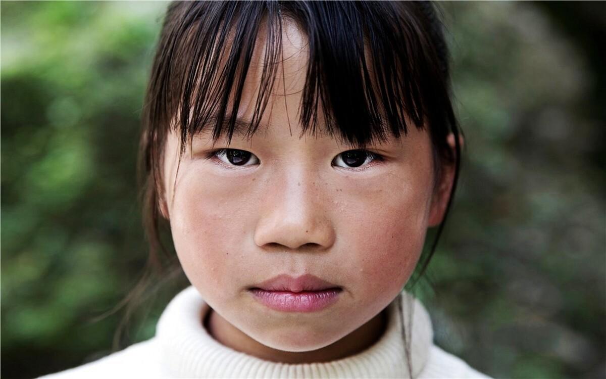 张丽婷,3年级。家里面还有一个哥哥,2个妹妹。哥哥今年刚刚小学毕业,两个妹妹一个读二年级,一个读一年级。爸爸常年在外打工,兄妹四人都由妈妈在家照顾。