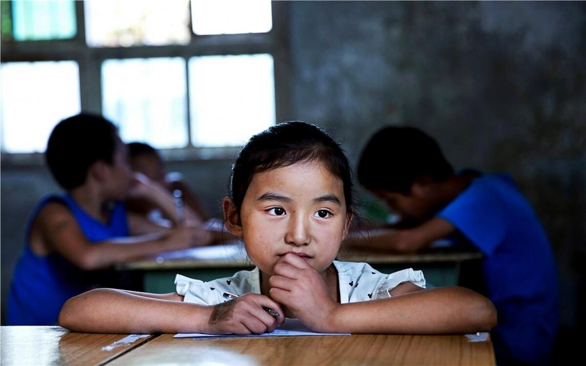 张瑜薇,3年级,一个简单可爱的小女孩,很安静,不喜欢说话,平时总是喜欢笑。爸爸妈妈都在外打工,她跟着爷爷奶奶生活。