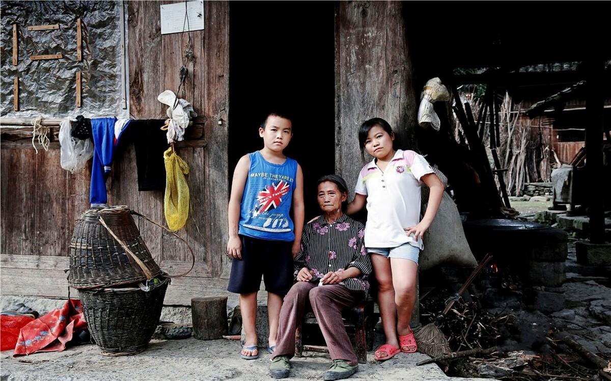 李芊主动要求我们帮她和奶奶、弟弟李文涛拍一张照片。李芊说,她最放心不下的就是奶奶,因为生病,她不得不跟着父母一起去外地生活,爷爷过世后,家里就只剩下奶奶一个人了!奶奶的脸上还挂着泪珠,为了孩子,为了老伴,为了命!