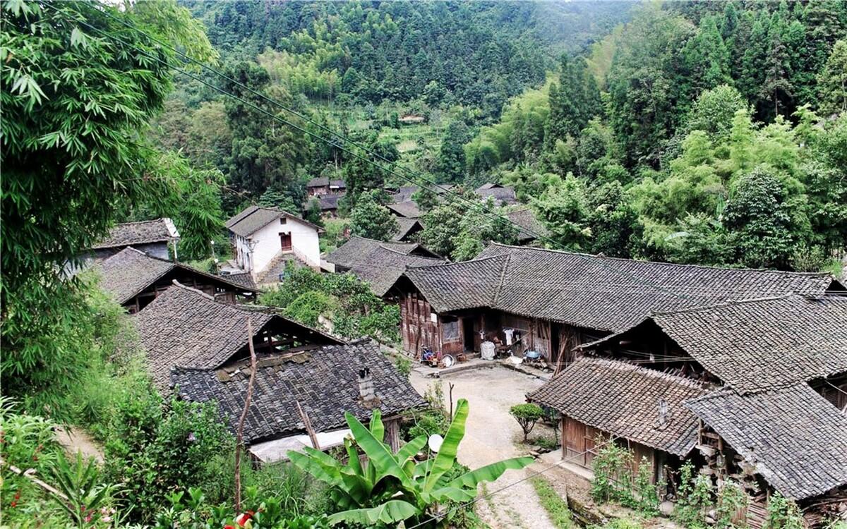 小咸村的村民分散在村子的各个角落。这是小咸村里居民最为集中的地方,老式的木板房建筑,虽然住户不多,但是要从村子的这头走到那头,少说也得五六个小时。