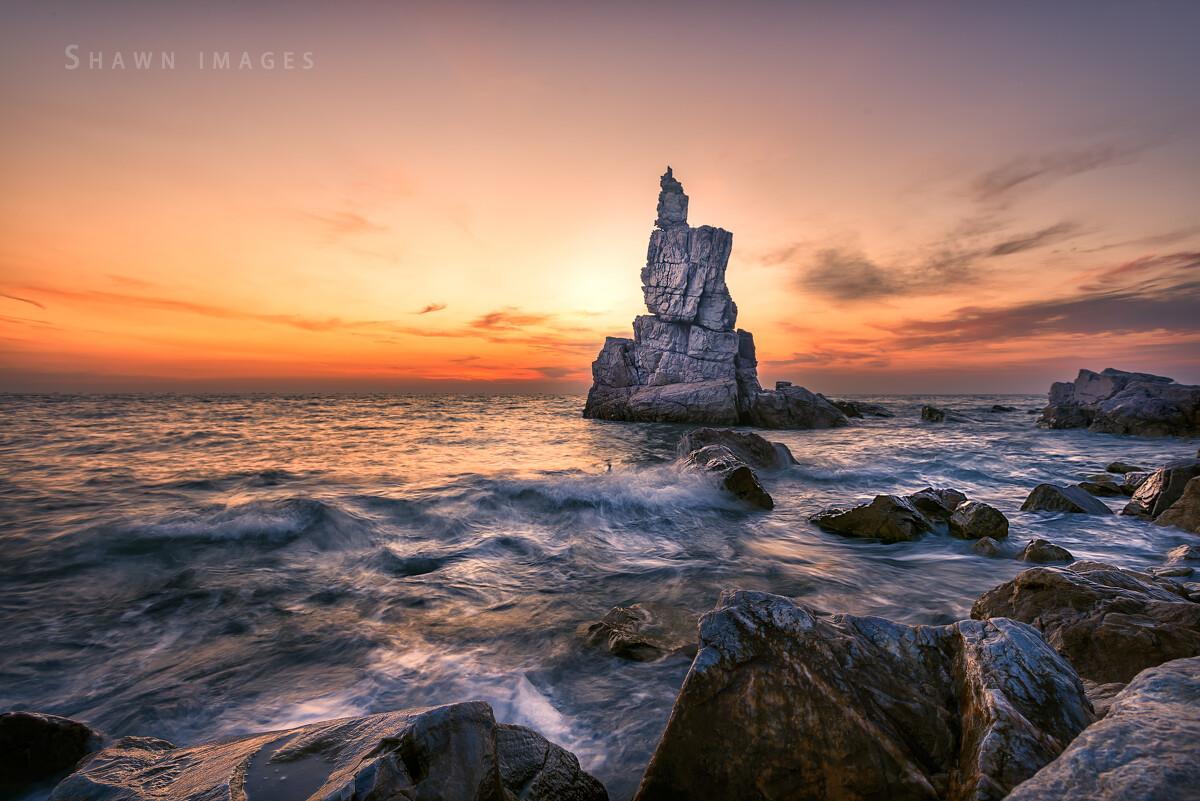 海枯石烂,风雨侵蚀。将军石不知守候了多久,现在有摄影人陪你一起守候暮光。