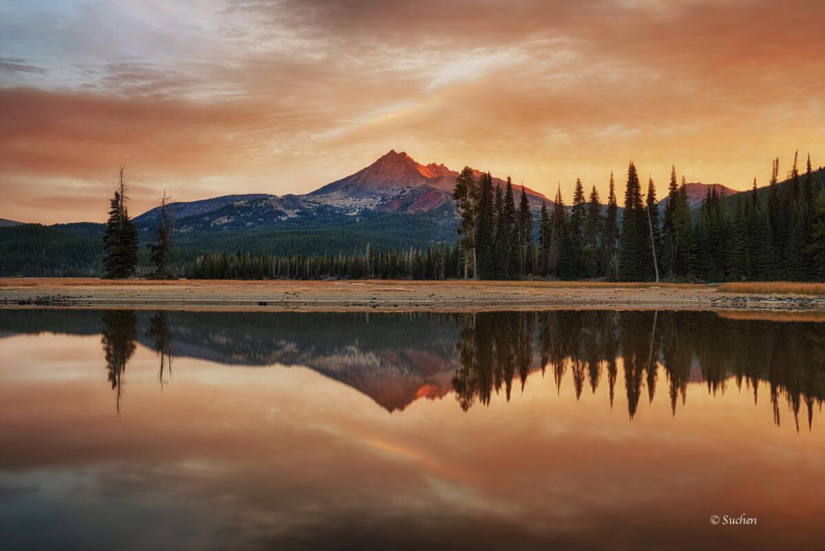 拍摄于俄勒冈的sparks lake, 背景山峰是破顶山: Broken Top mountain (语文不好不知道怎么翻译顺T_T).