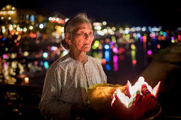 卖河灯的老人