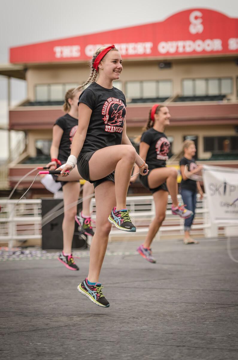 表演跳绳的女孩们,青春活力啊!