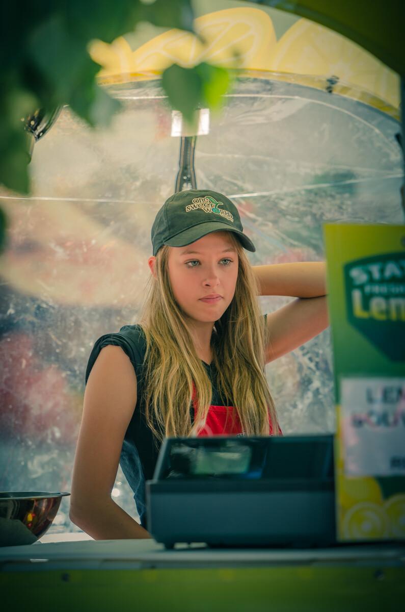 在一个食品摊抓拍的售货女孩,看样子像是暑期打工的学生。