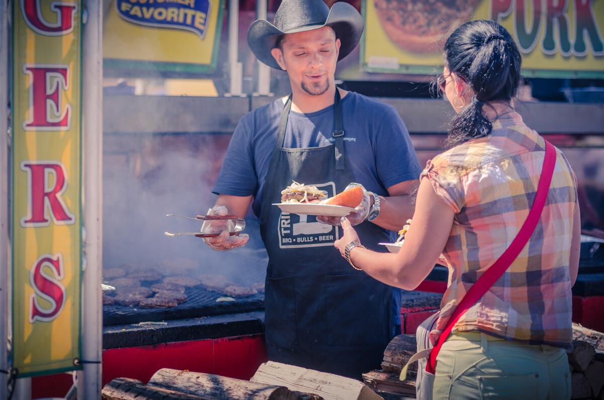 烤肉。公园里有很多买各种美味佳肴的摊点,吃货们去了绝对不会失望!
