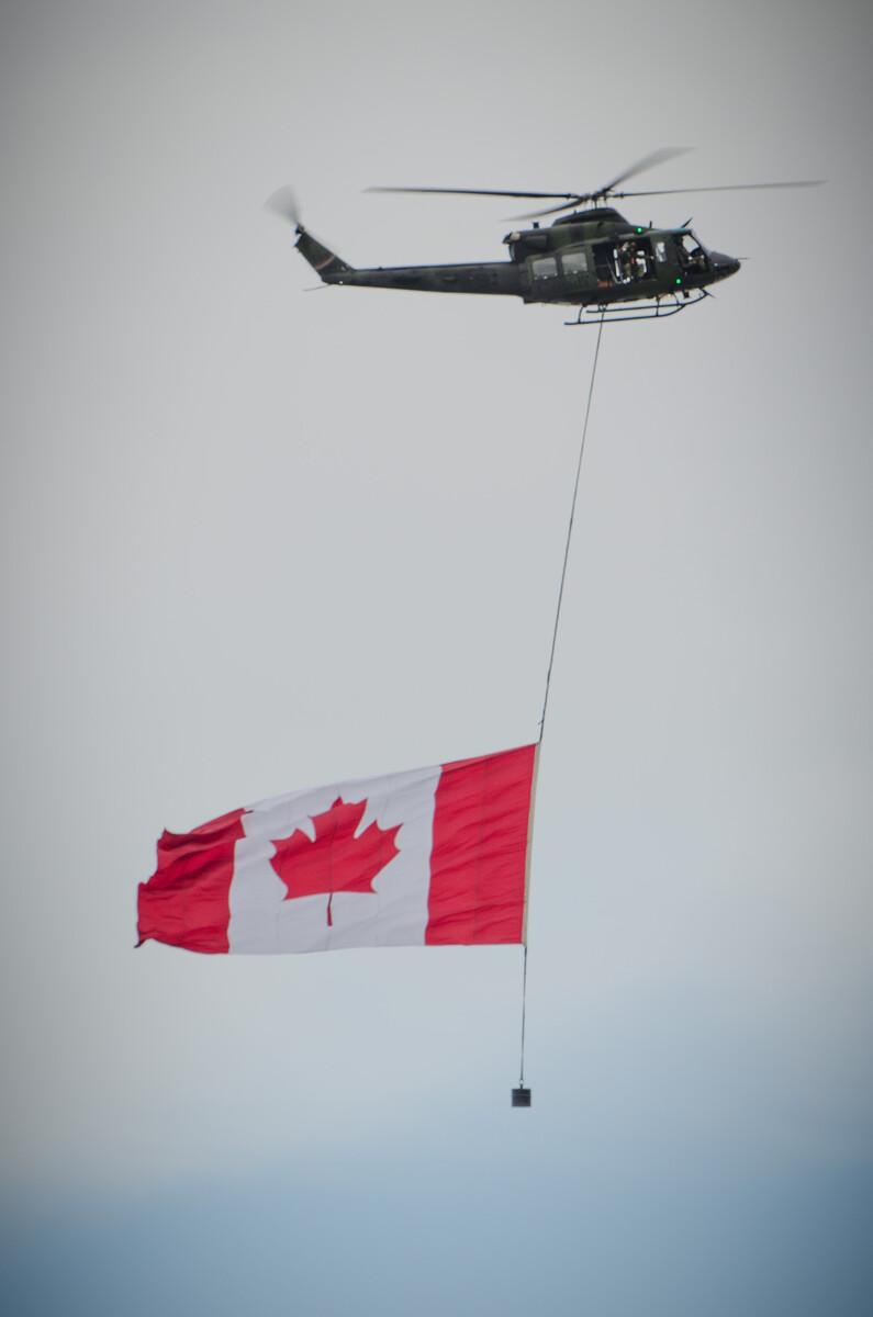 夜场开幕式上的直升机