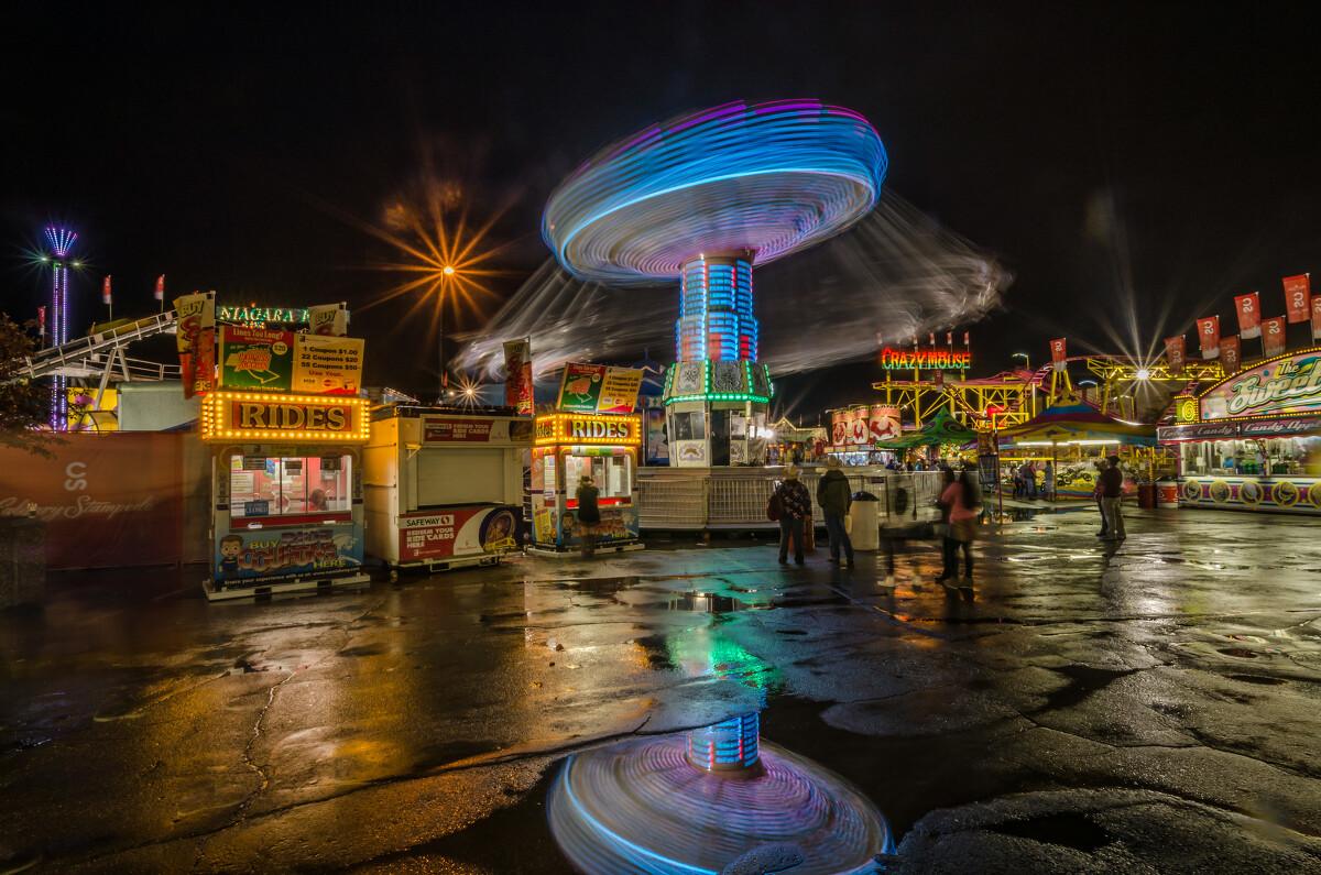 大雨后的游乐场夜景