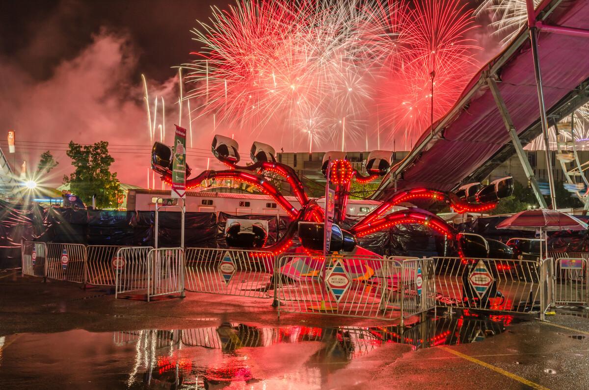 大雨后的游乐场夜景:晚场表演后的焰火表演