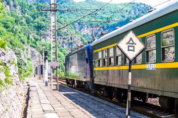 客车6920次两道出站信号好了
