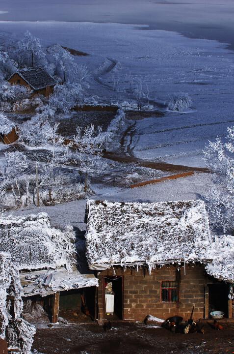 4月建筑风景篇三等奖<br /> 南国雪景 包雨欣 (昆明)这里是大山包乡的一个小村庄,我选择了一个俯视的角度,拍摄了这难得一见的云南雾凇。Pentax K5 / Tamron 70-200mm F2.8 Di LD IF / F131/250秒 ISO100