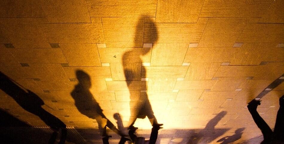 6月人文小品篇二等奖<br /> 看看自己的影子 杨于昕(新加坡) 摄于一个黄昏的下午,夕阳的金黄色十分刺眼。人们匆匆地走出地铁站,可谁又肯停下脚步来看看自己呢? Nikon FE2 / AIS 35mm F2 / Kodak Ultramax 400 姜平点评:照片夸张地表现了生活中寻常却被忽视的瞬间,换个角度看生活是这幅照片的独到之处。