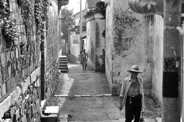穿越巷子的老人