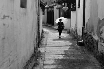 打伞的妇人