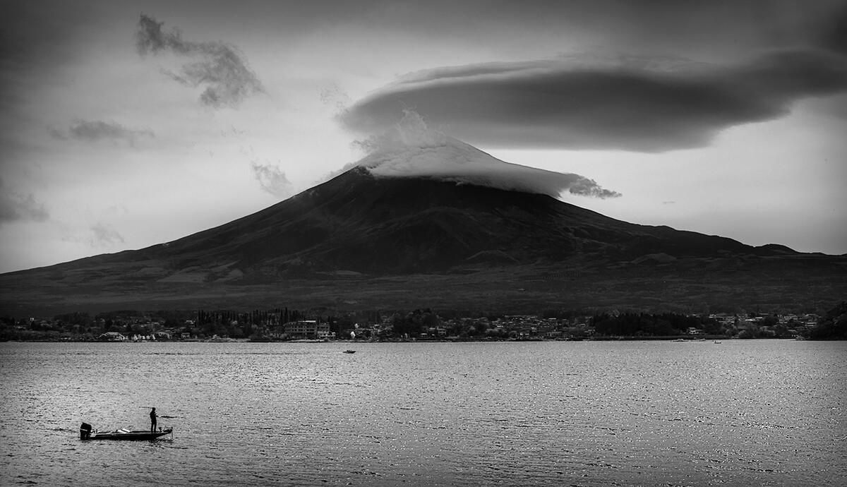 富士山脚下的一叶孤舟。河口湖