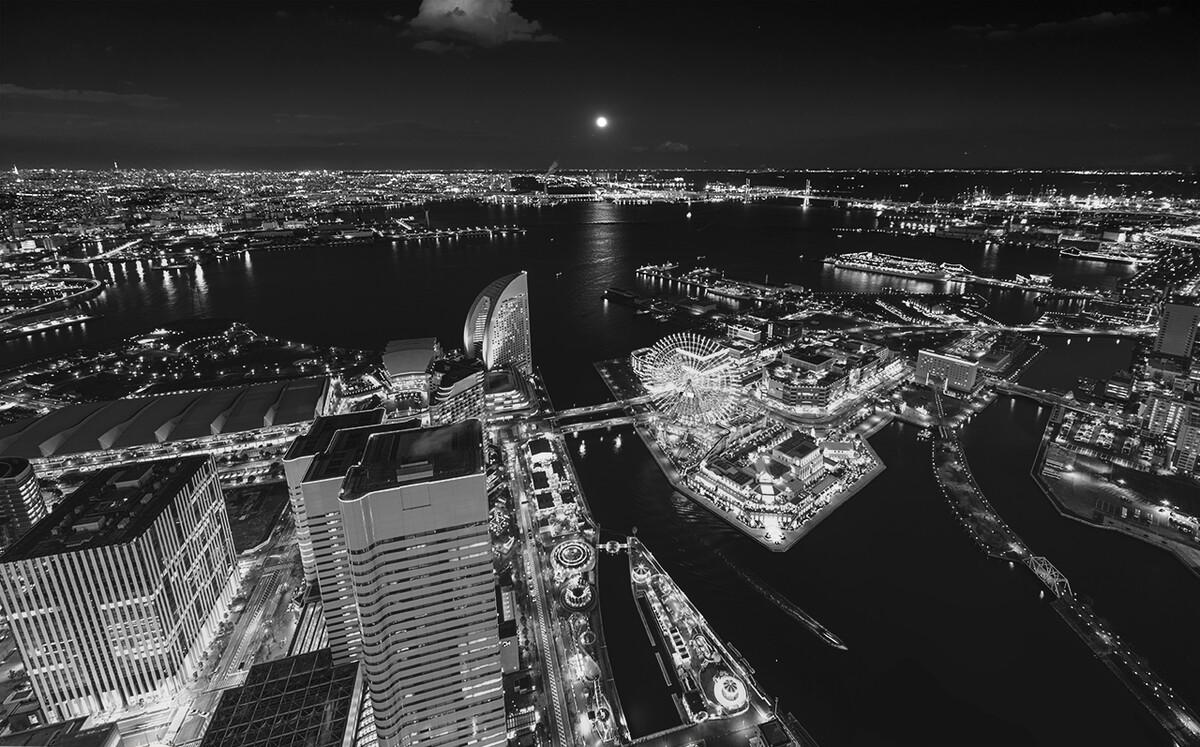 横滨未来港的夜景可谓极致绚烂,但满月在海面升起之时,人间的灯火还是显得黯然失色。横滨Landmark Tower
