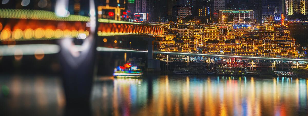 艳丽的霓虹灯与迷蒙的光斑,最适合这个千与千寻中的场景。重庆,洪崖洞