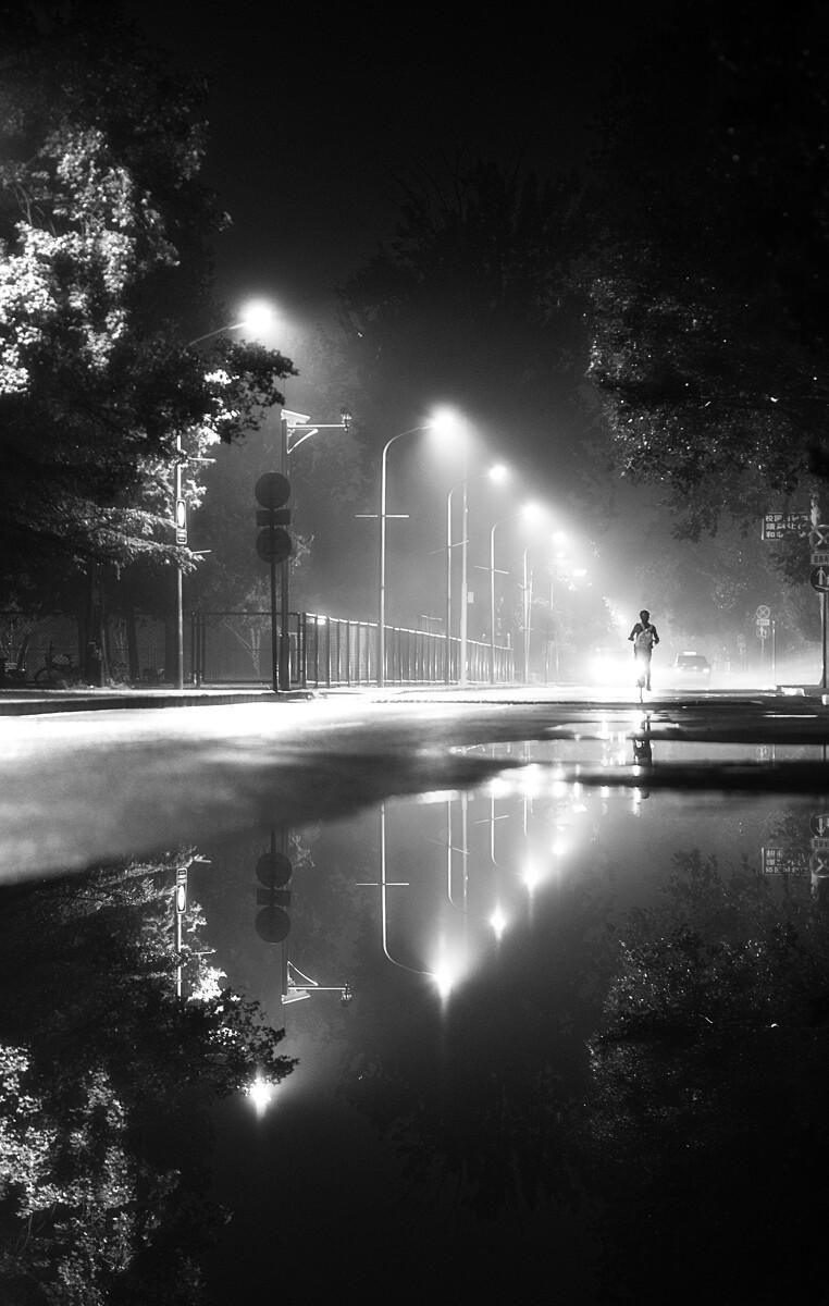雨雾夜的校园路灯变成了舞台光效,极爱在这样的光线中拍摄夜归的同学们。