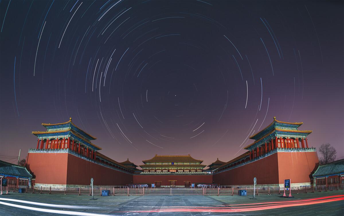 紫禁城午门星轨已经有很多人拍过,但作为自己所在城市的地标性图片,仍然十分希望有一张自己的照片。这可能是至今拍过的难度最大的一张星轨,除了市中心丧心病狂的光污染外,两侧角楼间的巨大夹角对于难以横向拼接的星轨题材是个巨大的挑战。<br /> 适马15mm鱼眼单张构图,后期选择性矫正鱼眼变形,选取天空背景降低光污染并增强星轨亮度,几乎是用后期手段尝试模拟了光害滤镜的效果。北京城的夜空在长曝光下呈现鲜艳的洋红色,是十分漂亮的图片色调,然而却实在不是我喜欢的夜空颜色。