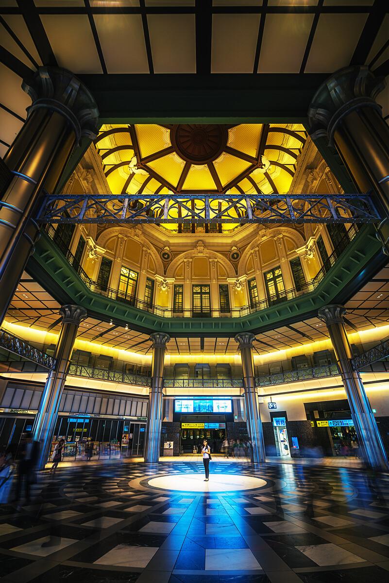 东京站西北出口,在大厅中间等人的女生