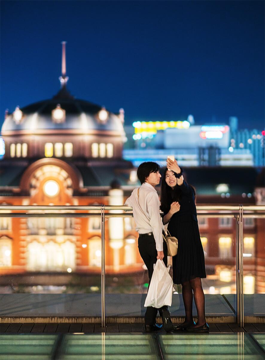 东京站对面露天餐厅,合影的情侣