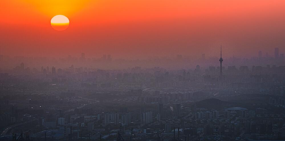 能挣脱笼罩北京地表的尘霾的,也只有旭日和高耸的电视塔了。京西定都峰,适马150mm微距