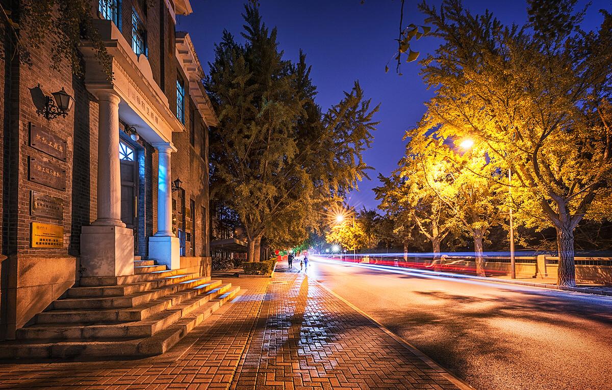 长曝光的车流与短曝光的人物剪影合成。清华大学,清华路,机械工程馆