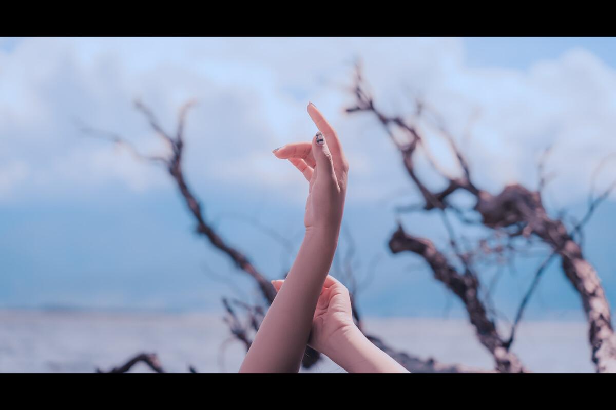 澳门国际赌-爱图客嫩模妮娜Nina白色吊带连身裙肉丝美腿诱惑写真