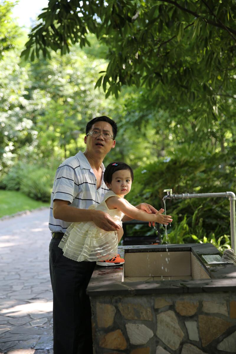 抱着孙女洗手的爷爷 。这张是抓拍的
