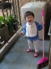2周岁11.04.04我帮妈妈扫地
